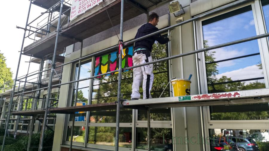 Maler sorgen für einen neuen Anstrich der Fassaden der Nordschule in diesen Ferien. Im Inneren des Gebäudes wird außerdem die Raumakustik in einigen Räumen verbessert. (Foto: P. Gräber - Emscherblog)