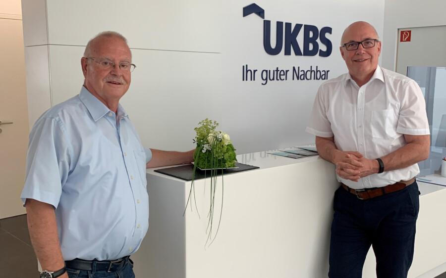 Matthias Fischer (re.), hier mit dem Holzwickeder Aufsichtsratsvorsitzenden Theo Rieke in der Geschäftsstelle in Unna, ist als Geschäftsführer der UKBS im Amt bestätigt worden. (Foto: UKBS)
