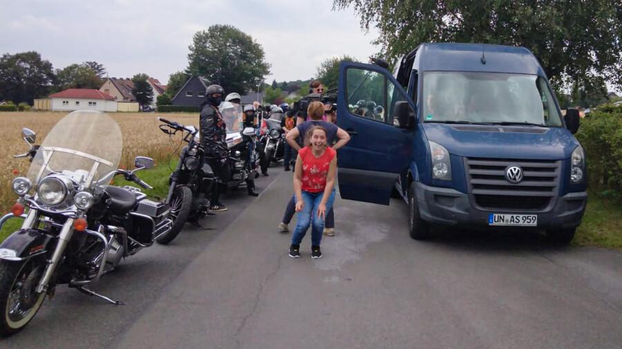 Gelungene Überraschung: Auch Tanja Raupachs Schwester Nadine (m. rotem Shirt) konnte es gar nicht fassen,  wie viele Biker da zur Verabschiedung der Familie gekommen waren.  (Foto: F. Brockbals)