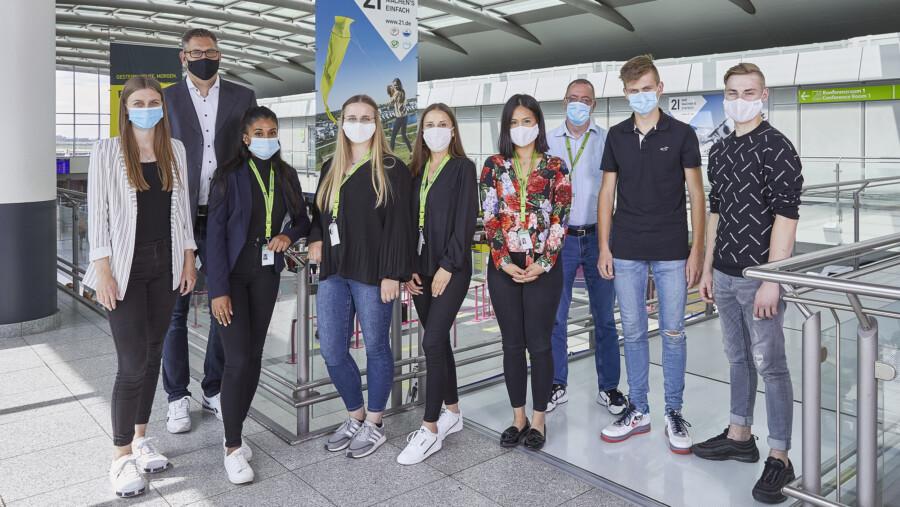 Die sechs neuen Ausbildenden am Flughafen Dortmund mit ihren Ausbildungsleitern und -betreuern. (Foto: Flughafen Dortmund)