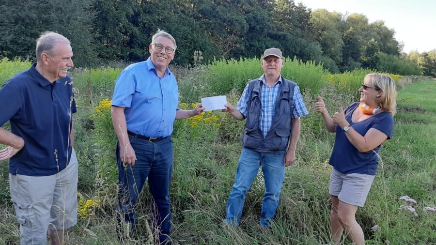 Die Bürgerblock-Vertreter überreichen die mit der Auszeichnung verbundene Spende an den Ehrenamtler des Monats Juli,  v.l. Wilfried Brinkmann, Frank Niehaus mit Werner Hessel und Steffi Meier.  (Foto: privat)