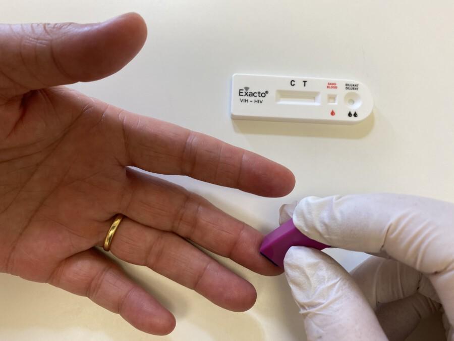 ür die Blutgewinnung ist nur ein kleiner Stich in die Fingerkuppe nötig. (Foto: Vahlefeld/Aidshilfe)
