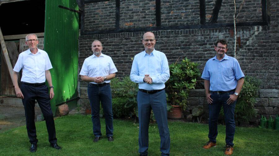 Das Foto zeigt den Vorsitzenden der CDU-Bundestagsfraktion mit den Spitzenkandidaten der CDU aus Unna, Fröndenberg und Holzwickede, beim Hofgespräch v.l.:  Heinz Günter Freck, Dirk Wigant, Ralph Brinkhaus und Frank Lausmann. (Foto: Sybille Weber - CDU)