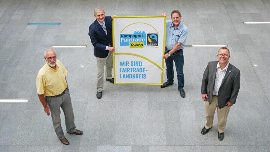 Der Kreis Unna ist Fairtrade-Kreis. Umweltdezernent Ludwig Holzbeck, Landrat Michael Makiolla, der Vorsitzende des Ausschusses für Natur und Umwelt, Norbert Enters, und Fachbereichsleiter Peter Driesch (v.l.) freuen sich über die Zertifizierung. (Foto: Fabiana Regino – Kreis Unna)