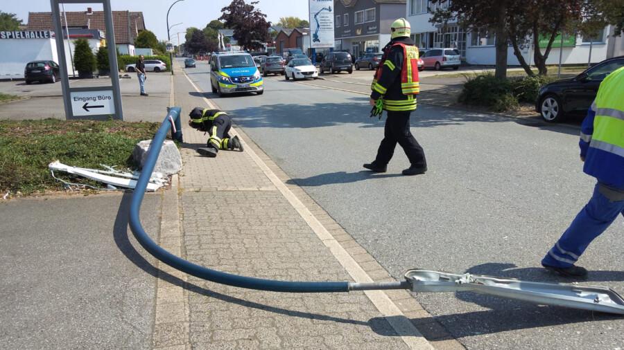 Ein Lkw kippte heute gegen 12.50 Uhr in der Wilhelmstraße eine Bogenlaterne um: Einsatzkräfte der Feuerwehr der Gemeinde räumen die Unfallstelle. (Foto: F. Brockbals)