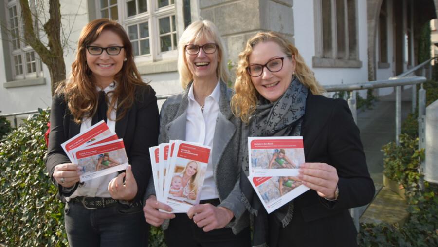 Von li.: Silja Mischke und Martina Leyer von der Agentur für Arbeit Hamm und Holzwickedes Gleichstellungsbeauftragte Manuela Hubrach weisen auf eine Online-Veranstaltung zum beruflichen Wiedereinstieg hin.  (Foto: Agentur für Arbeit)