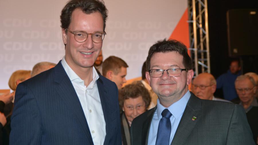 as Foto zeigt NRW-Verkehrsminister Hendrik Wüst (l.) zusammen mit dem Vorsitzenden des Holzwickeder Verkehrsausschusses Frank Lausmann im Austausch über den Planungsfortschritt der Ortsumgehung L677n. (Foto: privat)