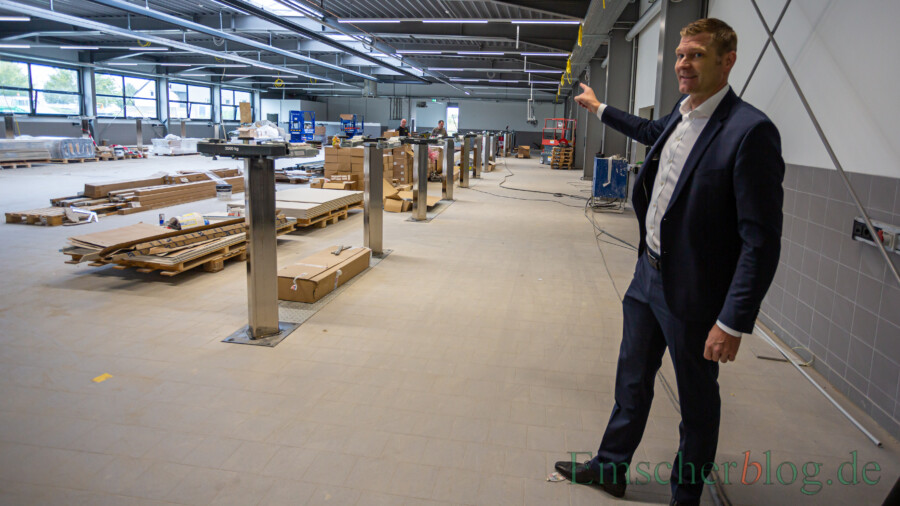 Christoph Kösters, Geschäftsführer der Hülpert Lifestyle Holding, erklärt eines der Herzstücke des neuen Porsche Zentrums: den Servicebereich, der nach Fertgstellung von den Kunden gut einsehbar sein  wird.  (Foto: P. Gräber - Emscherblog)