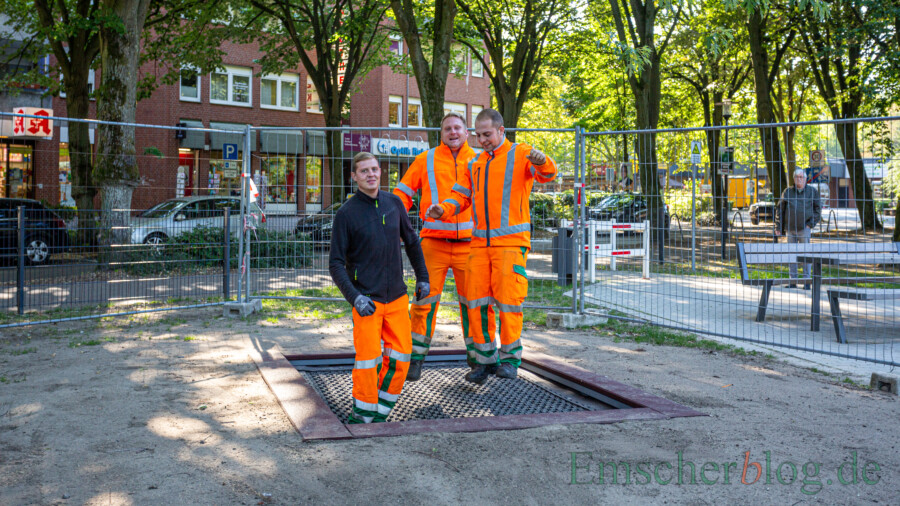 Die Jungs vom Baubetriebs lieferten saubere Arbeit ab - und hatten ihren Spaß beim anschließenden Härtestest auf dem neuen Trampolin. (Foto: P. Gräber - Emscherblog)
