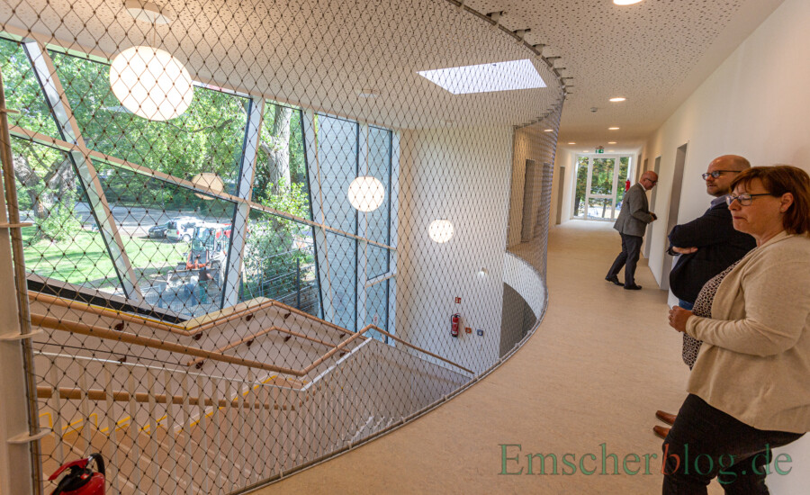 icherheitseinrichtung und dennoch Blickfang: Die Lösung mit dem flexiblen Stahlgitter im Obergeschoss finden auch : Michaela Temmen und Daniel Frieling (AWO Kindertagesbetreuung) sehr gelungen. (Foto: P. Gräber - Emscherblog)