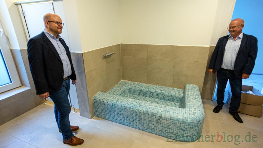 Daniel Frieling und Theo Rieke staunen: Für die Kinder der U-3-Betreuung gibt es im Erdgeschoss sogar einen kleinen Pool. (Foto: P. Gräber - Emscherblog)