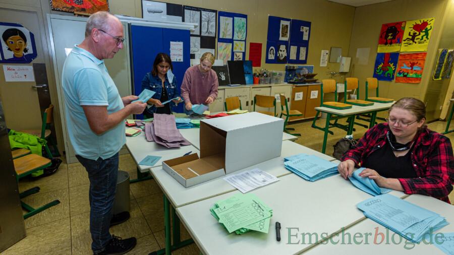 Ab 18 Uhr waren die Wahlhelfer, wie hier im Schulzentrum, fieberhaft mit der Auszählung der Wahlzettel beschäftigt.  Eigene Briefwahllokale gab es dieses Mal nicht. Die Briefwahlunterlagen wurden auf die verschiedenen Wahllokale verteilt. (Foto: P. Gräber - Emscherblog)