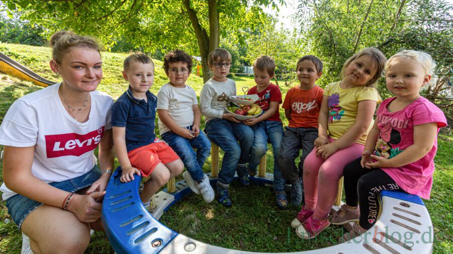 """Für den kleinen Hunger zwischendurch gibt es in der """"Kita mit Biss"""" keine Süßigkeiten, sondern leckere Snacks aus Obst oder Gemüse. """"Den Kindern gefällt es"""", meint Elisa Korell (li.), Auszubildende in der AWO-Kita """"Wühlmäuse"""". (Foto: P. Gräber - Emscherblog)"""