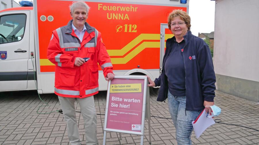 Landrat Makiolla (l.) und Ingrid Römer (r.) vom DRK-Ortsverein Unna bei der Blutspende im Vereinsheim. (Foto: Max Rolke – Kreis Unna)