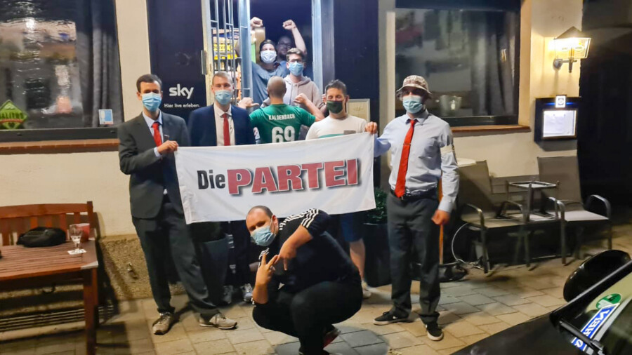 """Heimlicher Wahlsieger:  """"Die Partei"""" feierte im Fässchen ihren Überraschungserfolg. (Foto: privat)"""