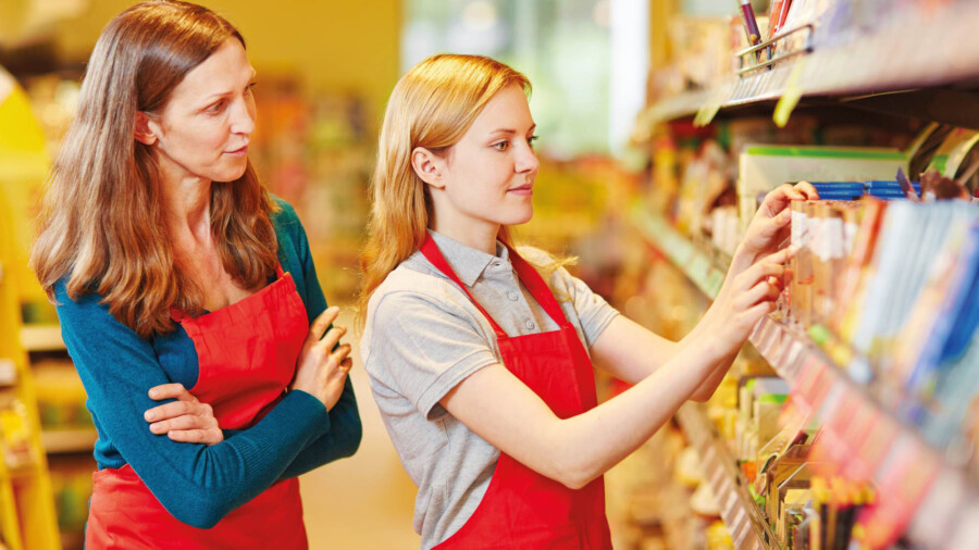 Unter der Regie der Werkstatt Unna konnten über 100 Jugendliche passgenaue vermittelt werden: Eine Auszubildende räumt, angeleitet von einer Verkäuferin, ein Regal im Supermarkt ein. (Symbolfoto: Fotolia)