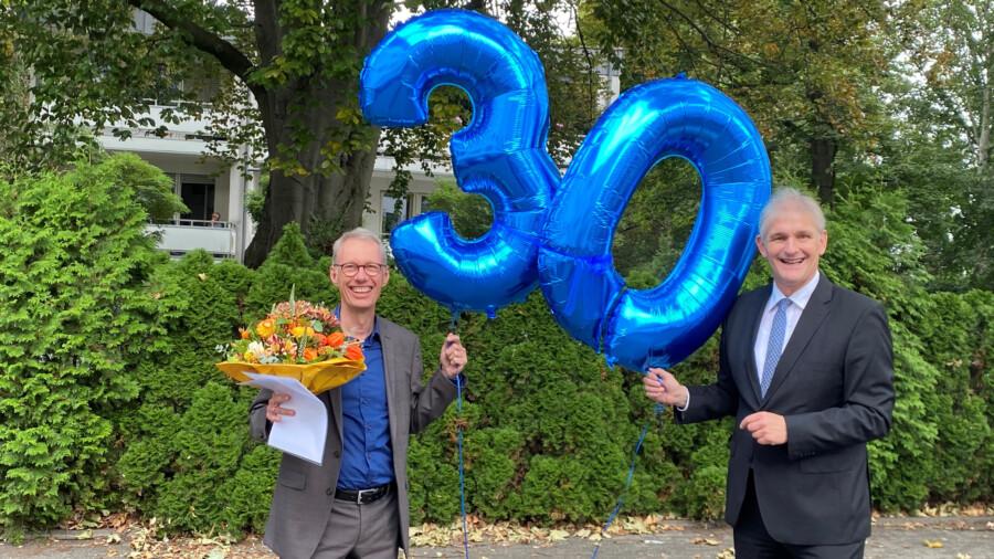 Landrat Michael Makiolla (re.) ehrt Dr. Michael Dannebohm für seine 30jährige Tätigkeit bei der der WFG Kreis Unna. (Foto Heinze - Kreis Unna)