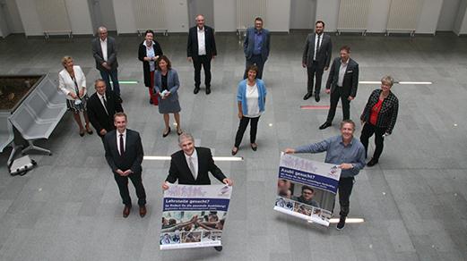 Auf Einladung von Landrat Michael Makiolla tagte eine hochkarätige Expertenrunde zum Thema Ausbildungsmanagement im Kreishaus. (Foto: mobilotat.de)