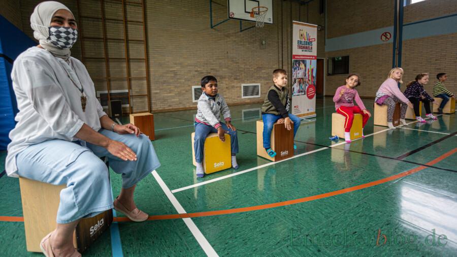 Erlebnistrommeln in der Turnhalle: Wie man unschwer erkennen kann, begeisterte der Trommelunterricht der Nordschule in dieser Woche nicht nur die Kinder. (Foto: P. Gräber - Emscherblog)