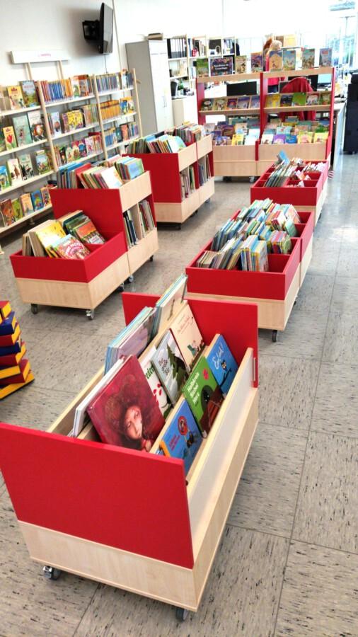 Die neuen Rollregale erleichtern auch den Umbau bei Veranstaltungen in der Bibliothek. (Foto: Gemeindebücherei)