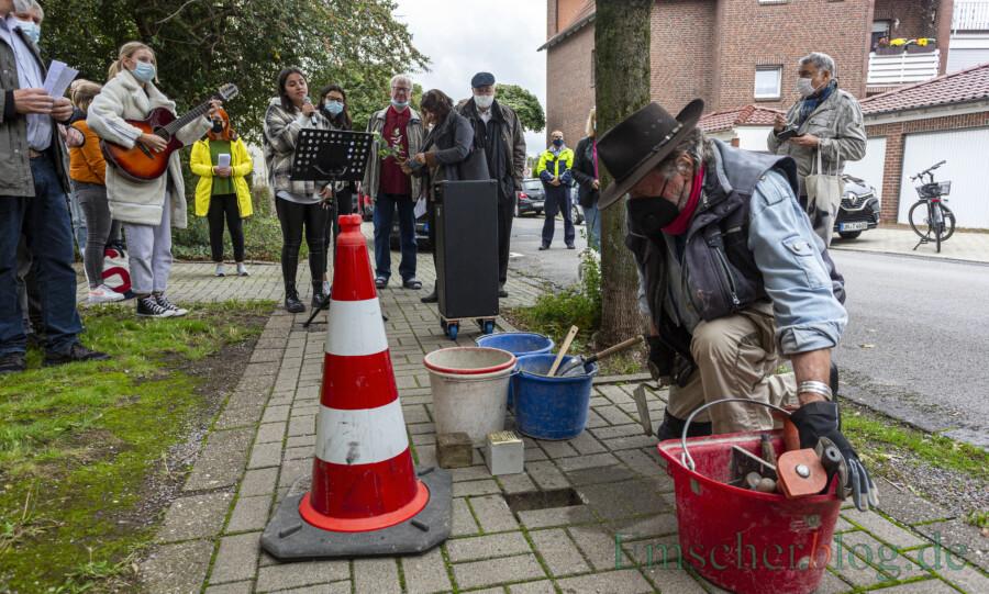Der Künstler Gunter Demnig verlegte heute wieder vier Stolpersteine - hier in der Lessingstraße 4 - zur Erinnerung an Holzwickeder Opfer der NS-Gewaltherrschaft. (Foto: P. Gräber - Emscherblog)