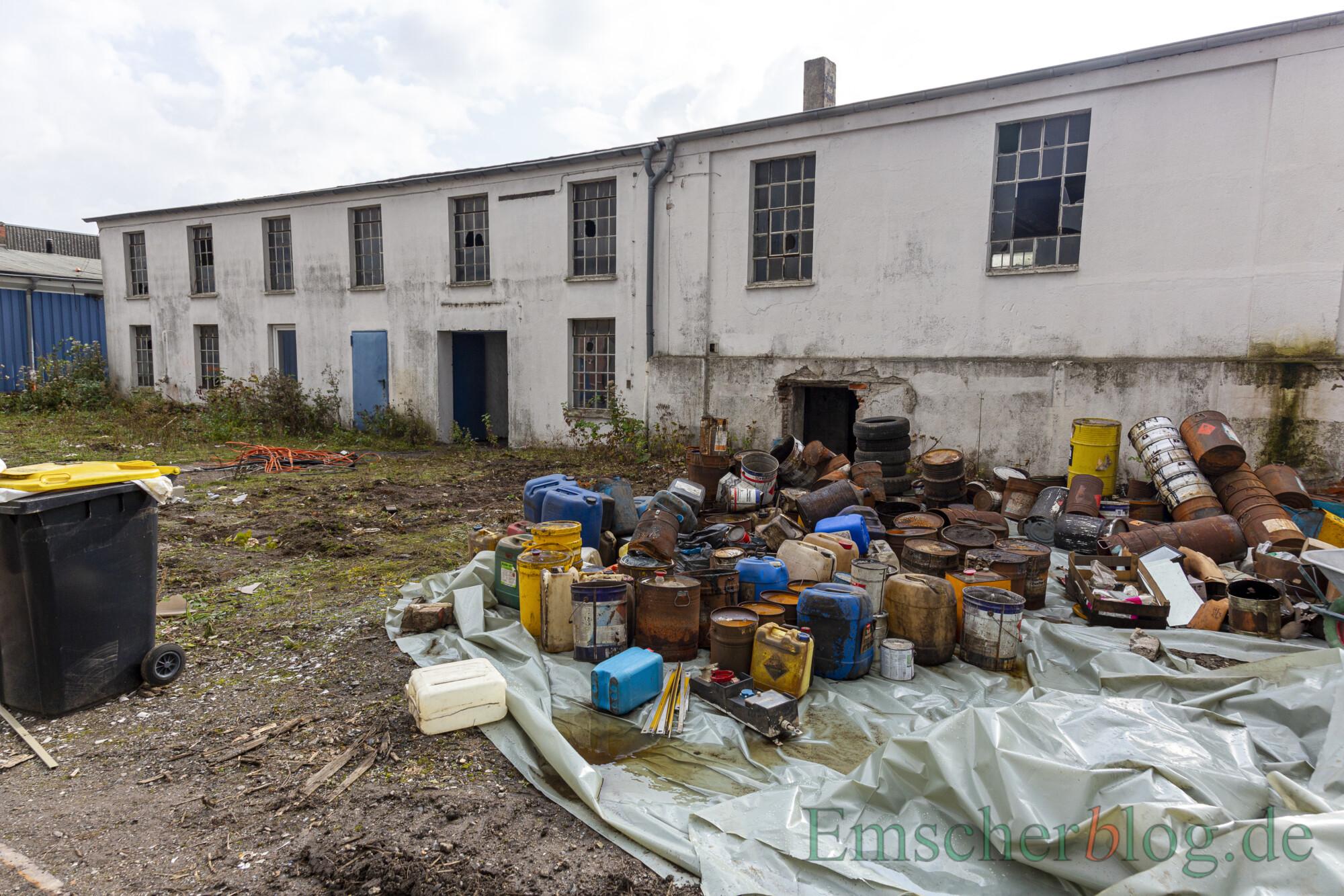 Auf dem ehemaligen Künstler-Gelände befinden sich Altlasten, die teilweise schon entsorgt wurden oder auf Abholung durch das Schadstoffmobil des Kreises Unna warten.  Die SPD hat dazu jetzt eine Anfrage an die Gemeinde gestellt. (Foto: P. Gräber - Emscherblog)