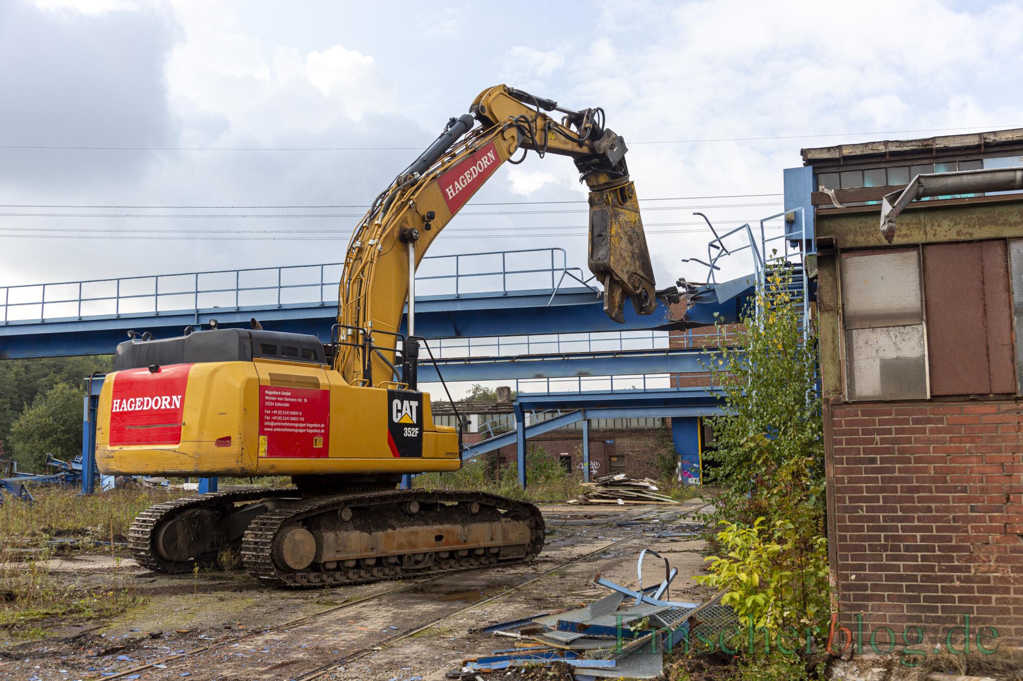 Ein Abrissbagger zerlegt die Aufbauten auf dem ehemaligen Betriebsgelände der Firma Künstler.  (Foto: P. Gräber - Emscherblog)
