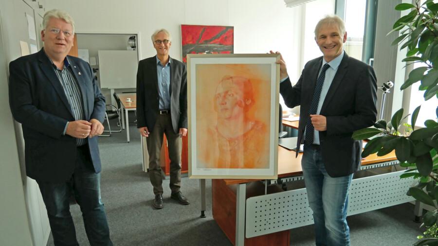 AWO-Vorsitzender Hartmut Ganzke überreicht gemeinsam mit Geschäftsführer Rainer Goepfert ein Bild der AWO-Gründerin Marie Juchacz an Landrat Michael Makiolla (vl.). (Foto: AWO Ruhr-Lippe-Ems)