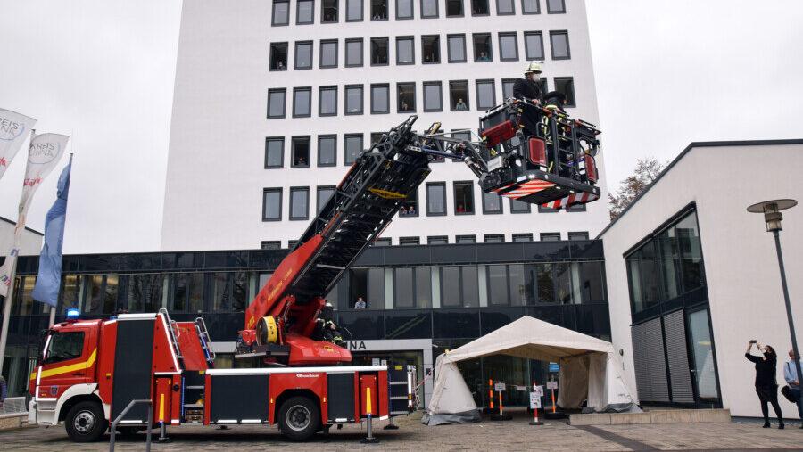 Der Kreis Unna sagt zum Abschied: Danke! Mit einer Drehleiter der Feuerwehr verlässt Landrat Michael Makiolla seine Büro im Kreishaus. (Foto: Birgit Kalle - Kreis Unna)
