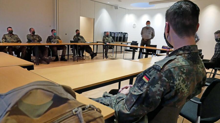 Fachbereichsleiter Josef Merfels gibt den Soldaten eine Einführung. (Foto: Max Rolke – Kreis Unna)