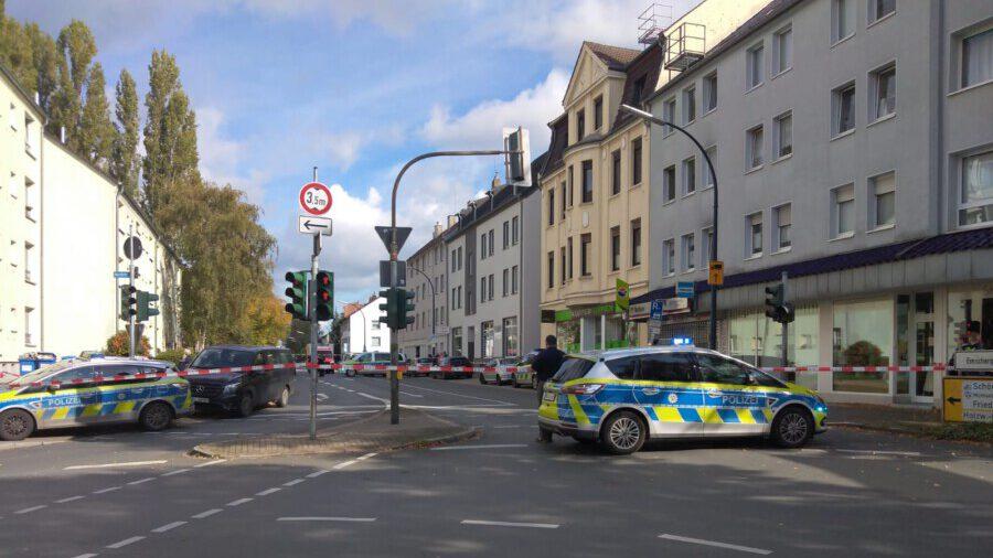 Während der Gefährdungslage sperrte die Polizei die Bahnhofstraße komplett. Gegen 14.10 Uhr erfolgte dann der Zugriff durch das SEK. (Foto: Frank Brockbals)