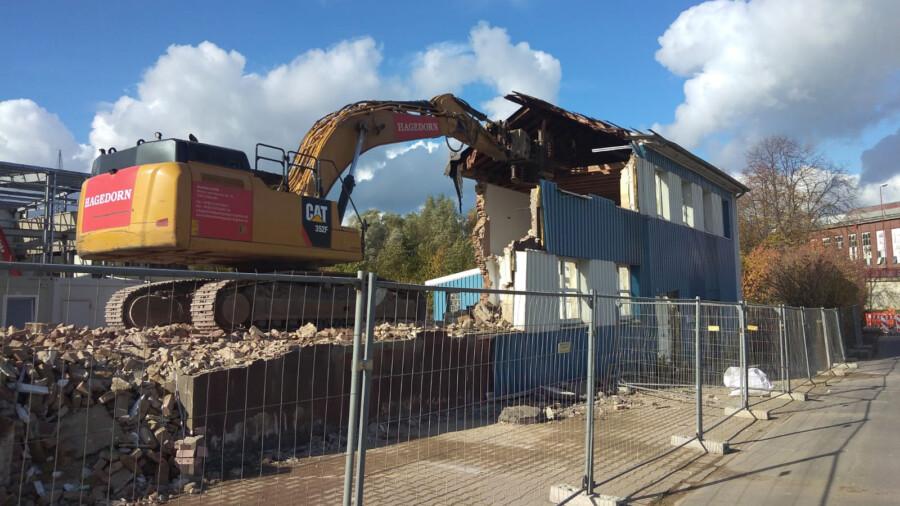 Der Abrissbagger zerlegt das ehemalige Bürogebäude der Künstler GmbH, das zuvor entkernt worden war. (Foto: Frank Brockbals)