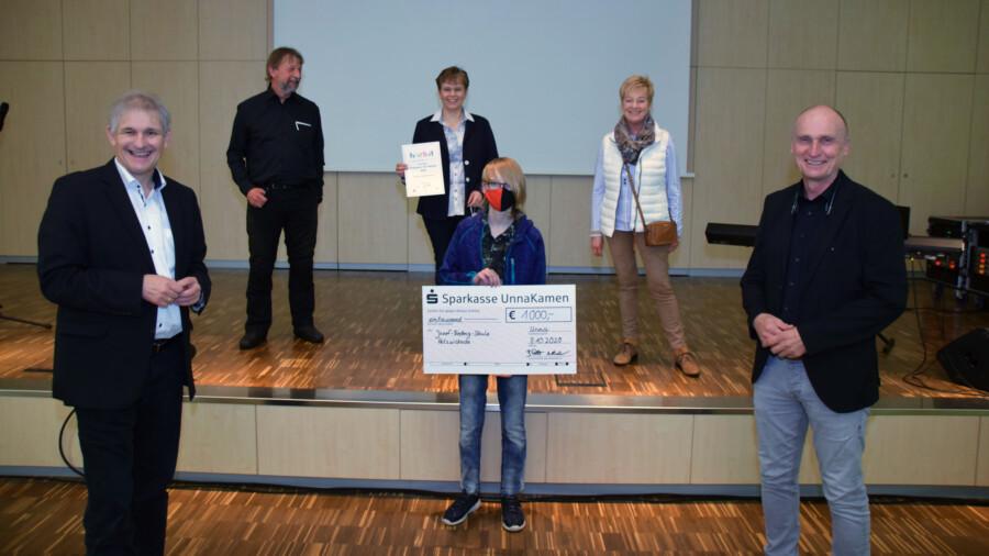 Eine kleine Delegation der Josef-Reding-Schule um Schulleiter Klaus Helmig (2.v.l.) nahm den Preis im Märkischen Berufskolleg entgegen. (Foto: Anita Lehrke - Kreis Unna)