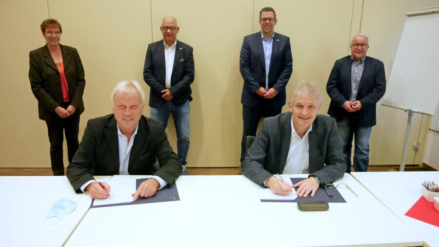 Klaus Stindt (Vorstandsvorsitzender des KSB, vorne links) unterzeichnet mit Landrat Michael Makiolla (vorne rechts) die Vereinbarung. Mit dabei: KSB-Schatzmeister Niklas Luhmann (2.v.r.) und Geschäftsführer Matthias Hartmann (2.v.l.) mit Uwe Hasche (Gesundheitsdezernent, r.) und Birgit Kollmann (Fachbereich Gesundheit und Verbraucherschutz, l.).  (Foto: Max Rolke – Kreis Unna)