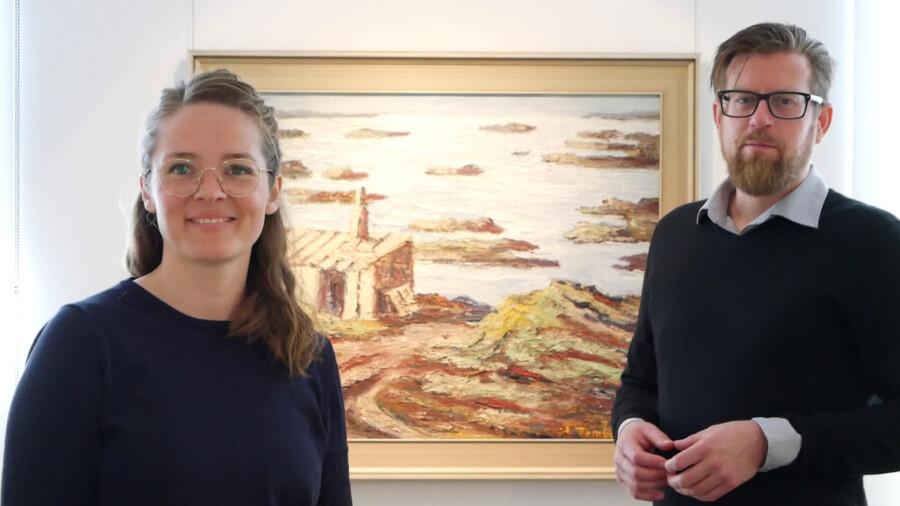 Kuratorin Sally Müller (l.) und Kurator Arne Reimann (r.) haben Inhalte für das Internet aufbereitet. (Foto: Fabiana Regino – Kreis Unna)