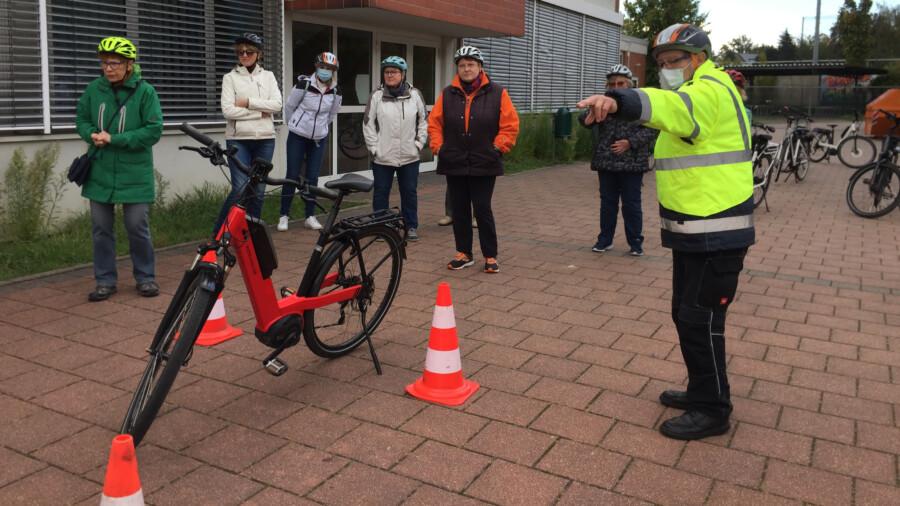 Der MSC Holzwickede hatte am vergangenen Samstag (10.10.) erstmals zu einem E-Bike-Sicherheitstraining auf den Schulhof des Clara-Schumann-Gymnasiums eingeladen. (Foto: privat)
