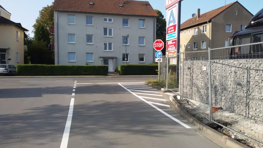 Nicht zu übersehen: Das Stopp-Schild an der Ausfahrt der Supermarktparkplätze. (Foto: Kreis Unna)
