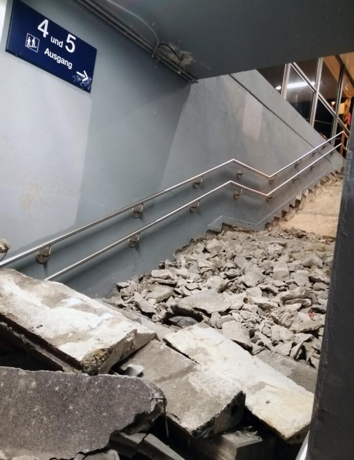 Die Treppenanlage in der Unterführung des Holzwickeder Bahnhofs wird seit dieser Woche erneuert. Bis voraussichtlich 21. November dauern die Sanierungsmaßnahmen noch an. (Foto: privat)