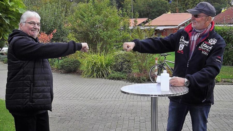 Der neue Vorsitzende des KGV Am Oelpfad, Jürgen Hugemann (li.) wurde von seinem Vorgänger Horst Breer (r.)  nach der Wahl beglückwünscht. (Foto: privat)