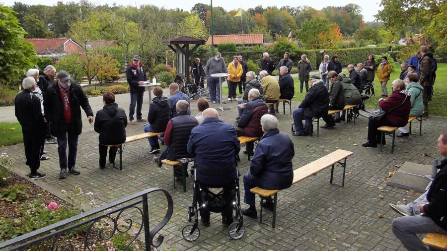 Die gut besuchte außerordentliche Mitgliederversammlung des KGV Am Oelpfad musste unter Corona-Bedingungen auf dem Platz vor dem Vereinsheim stattfinden. (Foto: privat)