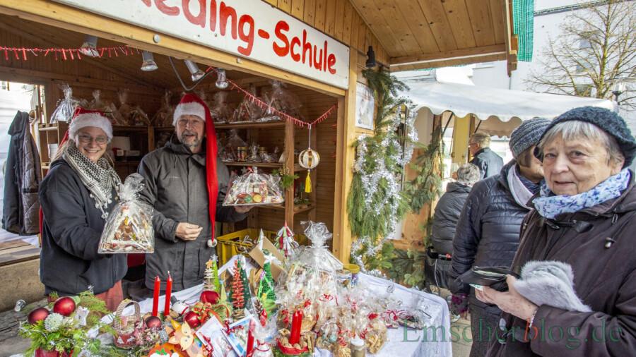 Auch wenn der Holzwickeder Weihnachtsmarkt dieses Jahr ausfällt, können interessierte Holzwickeder die beliebten Hexenhäuser und Kekstüten der Josef-Reding-Schule bestellen: Das Bild zeigt Angelika Hartjenstein (Förderverein, li.) und Klaus Helmig (Schulleiter, 2. v. li.)  auf dem Weihnachtsmarkt im Vorjahr. (Foto: P. Gräber - Emscherblog)