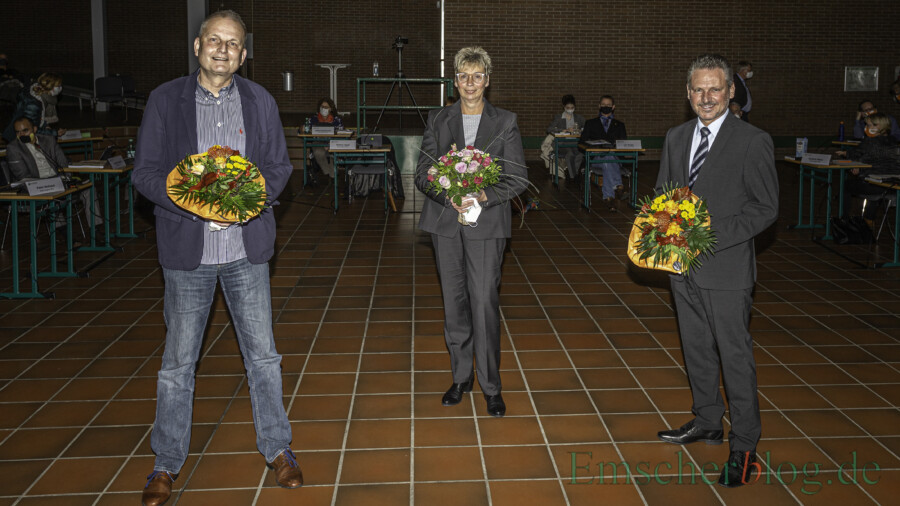 Die neuen Ortsvorsteher Volker Schütte (Hengsen, li.) und Frank Markowski (Opherdicke) mit Bürgermeistern Ulrike Drossel nach ihrer Wahl.  (Foto: P. Gräber - Emscherblog)