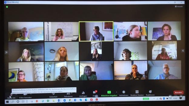 Auf der einen Seite der Videokonferenz die Vertreterinnen uns -Vertreter der Schulen...