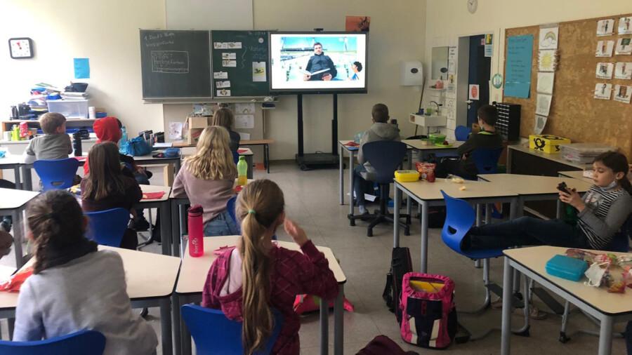 Zum bundesweiten Vorlesetag heute arbeiteten die Klassen in der Dudenrothschule vielfältig mit Büchern. Einige basteln, bewegen sich oder schreiben Geschichten oder lauschen einem Vorleser per Livestream (Bild). (Foto: Jan Günther)