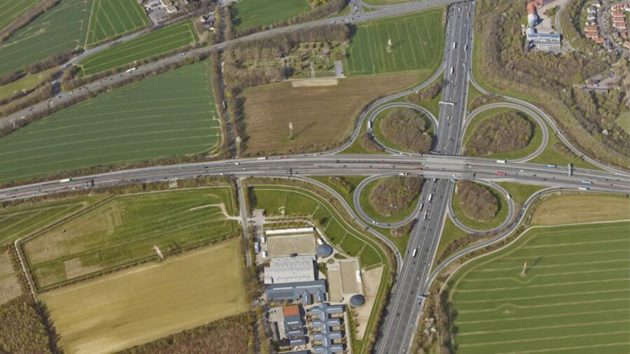 Das Autobahnkreuz Unna/Dortmund (Foto) wird umgebaut. Die Fahrbeziehung nach Unna-Zentrum wird künftig über den neuen Anschluss Am Oelpfad realisiert. (Luftbild: Geo-Service Kreis Unna)