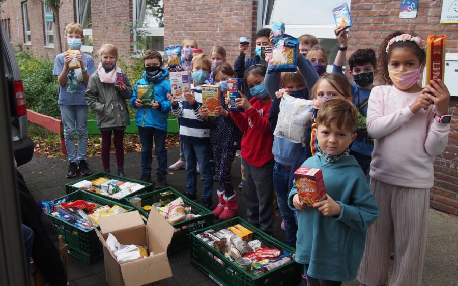 Sieben Kisten mit Lebensmitteln sammelten und spendeten die Kinder der Dudenrothschule für die Tafelausgabestelle Holzwickede. (Foto: privat)