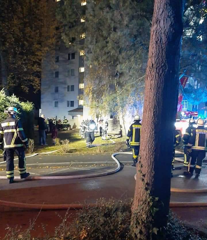 Großeinsatz der Feuerwehr am Im Bruch 25: In einer Wohnung der 5. Etage nahmen die Helfer ein Essen vom Herd., das für starke Rauchentwicklung ge