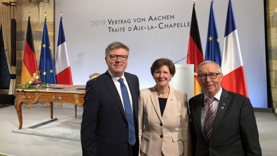 Jochen Hake (li.) hier mit Dr. Margarete Mehdorn, Präsidentin des Bundesverbandes der Vereinigung Deutsch-Französischer Gesellschaften (VDFG) und Reinhard Sommer, Vorsitzendern des Deutsch-Französischen Ausschusses im Rat der Gemeinden Europas  (RGRE), wurde als jetzt Mitglied in den Beirat des Deutsch-Französischen Bürgerfonds berufen. (Foto: privat)