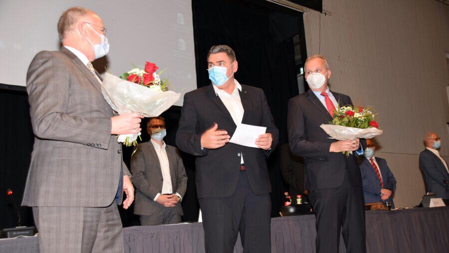 Landrat Mario Löhr (M.) gratulierte seinen Stellvertretern Martin Wiggermann (r.) und Wilhelm Jasperneite nach der Wahl. (Foto: Birgit Kalle – Kreis Unna)