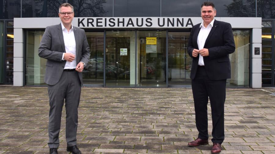 Kreisdirektor Mike-Sebastian Janke begrüßt stellvertretend für viele den neuen Landrat Mario Löhr (re.) vor dem Kreishaus. (Foto: Birgit Kalle - Kreis Unna)